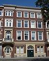 foto van Pand, met drie verdiepingen en bakstenen lijstgevel met risalieten, cordonbanden en balcons op consoles