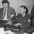 Rotterdams hoofdagent ontvoerd, toont wapen waarmee hij werd bedreigd, Bestanddeelnr 921-4082.jpg