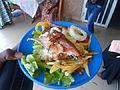 Salade accompagné d'un morceau de poulet.JPG