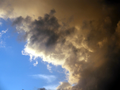 Schwarze Wolken vor blauem Himmel.png
