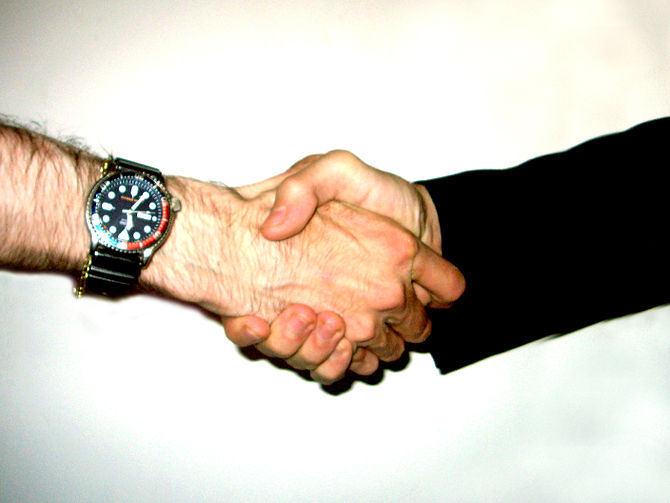 English: Two persons shaking hand