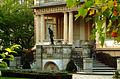 Skulptur auf der Brüstung der Veranda des Gästehauses der Niedersächsischen Landesregierung II.jpg