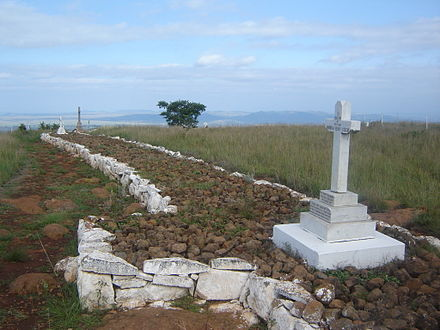 This photo shows a section of the British graves at the site of the Battle of Spioenkop. Many of the fallen soldiers were buried in the trenches where they died. These graves therefore give an indication of where the trenches were located at the time of the battle. Spioenkoploopgraf3.JPG