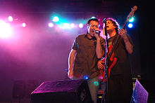 Description de l'image Steve Harwell and Paul De Lisle - Rock band Smashmouth.jpg.