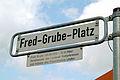 Straßenschild Fred-Grube-Platz Hannover Linden mit gesondert angebrachter Informationstafel.jpg