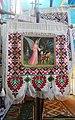 Sztandar z ornamentyką huculską w greckokatolickiej cerkwi w Bukowcu, Ukraina.jpg