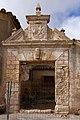 Tébar, Puerta con blasón en calle de la Iglesia.jpg