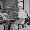 Tel Aviv. Typograaf van de drukkerij waar het dagblad Dawar (Davar) wordt gedruk, Bestanddeelnr 255-1874.jpg