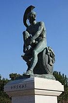 """Statuo def Tezeo ĉe la kvartalo Tiseio. Tezeo estis responsa, laŭ la mito, de la sinoikismos (""""kunvivado"""") — nome politika unuigo de Atiko sub Ateno."""