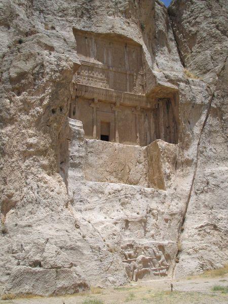 Archivo:Tombe bas relief naqsh-e-rostam.jpg