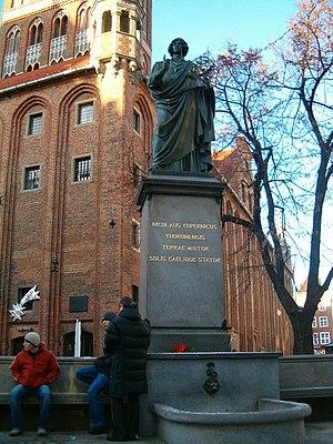 """Nicolaus Copernicus Monument, Toruń - Monument to Copernicus, inscribed: """"Nicolaus Copernicus Thorunensis, terrae motor, solis caelique stator"""""""