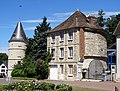 Trie-Château (60), hôtel de ville avec tour du château de Trye 2.jpg
