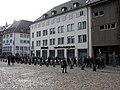 Trommler und Pfeifer aus der Schweiz beim Bummel über den Freiburger Münsterplatz 2.jpg