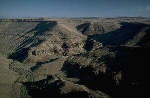 Seka lando kun kanjono kaj kelkaj pli malgrandaj kanjonoj vide de supre