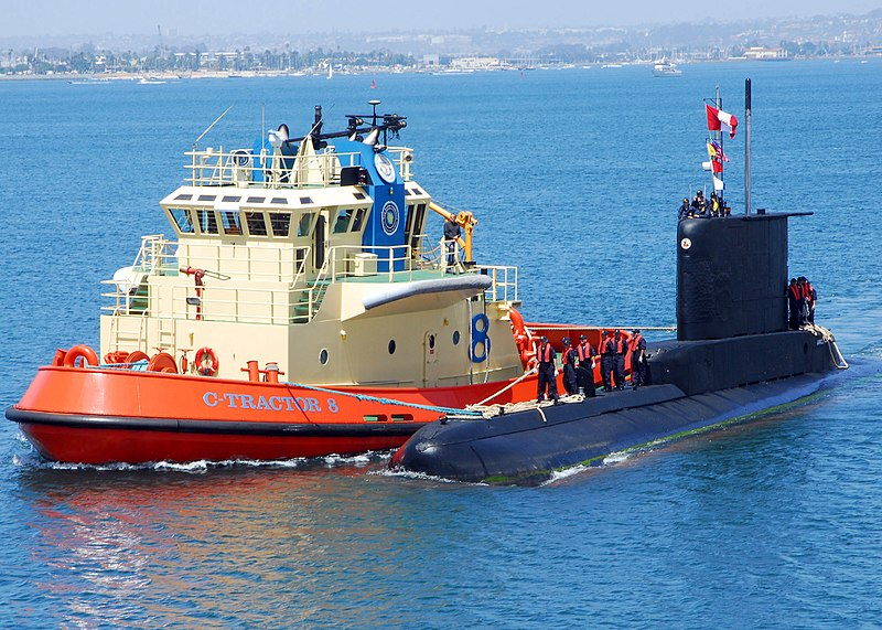FUERZA DE SUBMARINOS - Página 4 800px-US_Navy_090430-N-5911S-046_The_Peruvian_Navy_submarine_BAP_Arica_%28SS-36%29_prepares_to_moor_to_a_pier_at_Naval_Submarine_Base_Point_Loma._Arica_is_the_first_Peruvian_submarine_to_pull_into_San_Diego_bay_and_is_participating_Diese