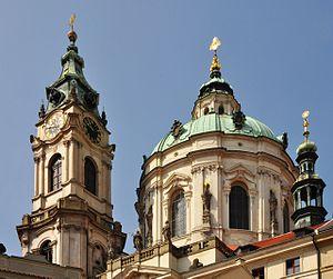 Věž a kupole kostela sv. Mikuláše na Malé Straně v Praze