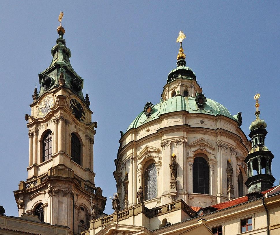 V%C4%9B%C5%BE a kupole kostela sv. Mikul%C3%A1%C5%A1e na Mal%C3%A9 Stran%C4%9B v Praze.jpg