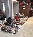 Vendedoras de artesanías indígenas en el aeropuerto.jpg
