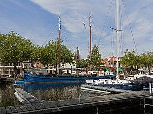 Vlaardingen - Image: Vlaardingen, zicht op de haven met toren van de Grote Kerk op de achtergrond RM37423 foto 5 2015 0802 11.52