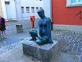Würzburg-klinikstraße-8-weibliche-skulptur.JPG