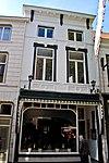 foto van Huis waarvan het hoge zadeldak met rode pannen een geheel vormt met dat van nr 69 en catharinastraat 44