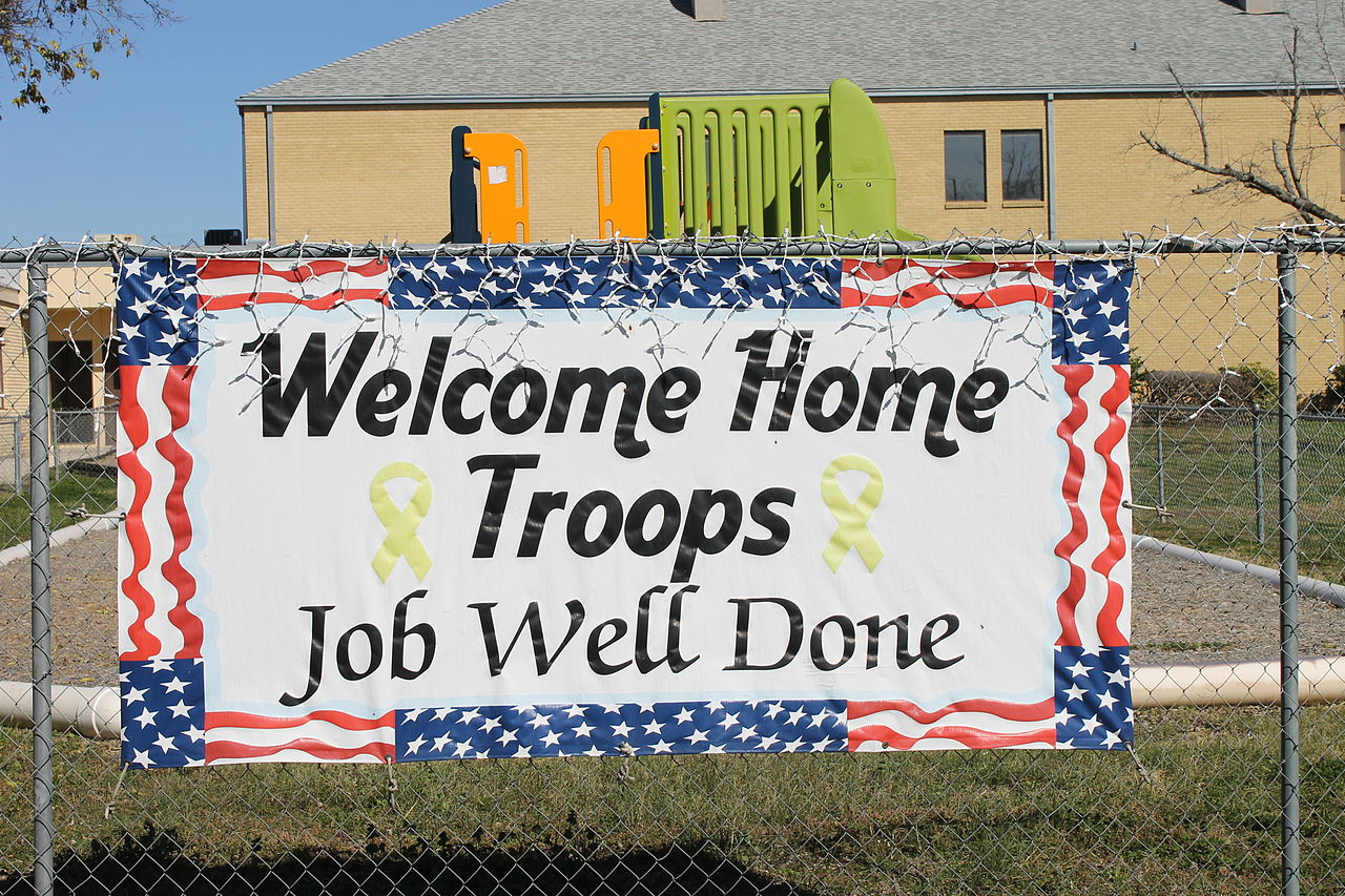 File welcome home troops sign devine tx img 4928 jpg for Welcome home troops decorations