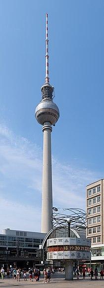 Weltzeituhr mit Fernsehturm - Alexanderplatz.jpg