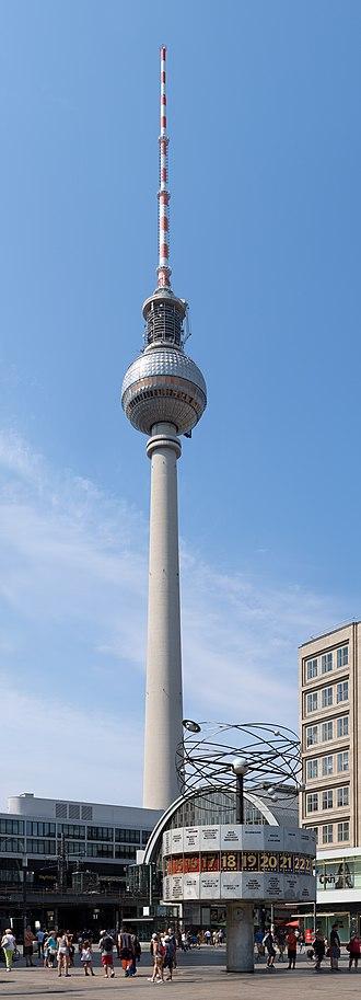 World Clock (Alexanderplatz) - Image: Weltzeituhr mit Fernsehturm Alexanderplatz