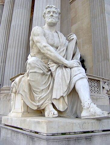 Статуя Тацита перед зданием Парламента Австрии в Вене
