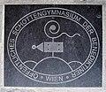Wien Schottengymnasium - Im Steinboden eingelassenes Emblem.jpg