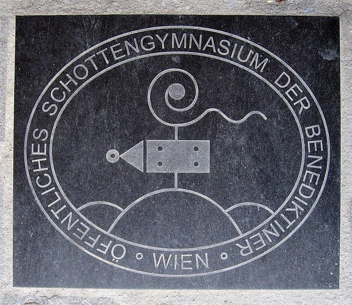 File:Wien Schottengymnasium - Im Steinboden eingelassenes Emblem.jpg