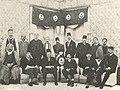 صورة جماعية يظهر فيها الوفد الثالث بمناسبة سفرإلى باريس سنة 1923.jpg