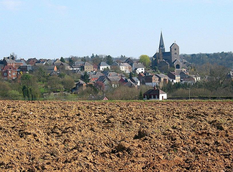 Lobbes (Belgique), la ville haute et la collégiale Saint-Ursmer (IXe siècle) vues depuis le nord-ouest.