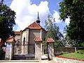 0908130111 - Osieczna - brama przy kościele.JPG