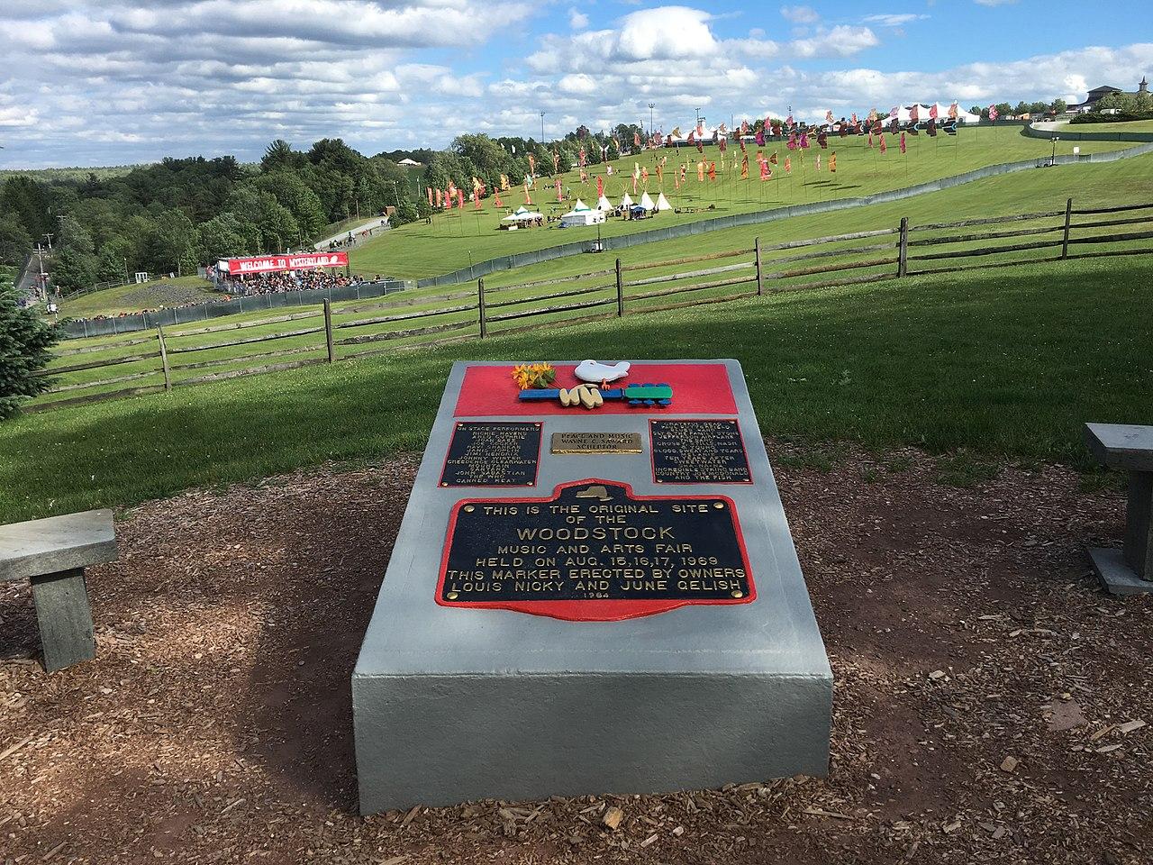 Památní kámen na místě konání festivalu Woodstock v newyorském Bethelu (Foto: Marc Holstein)