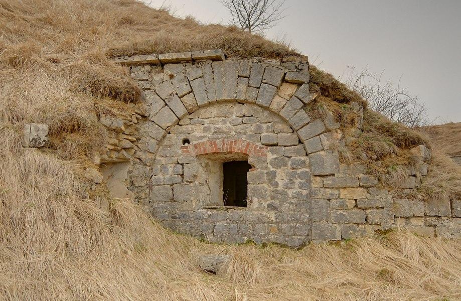 This file was uploaded  with Commonist.         This photograph was taken with a Nikon D300.    Fort du Lomont: extérieur du poste optique à une direction dans la batterie Nord (HDR).