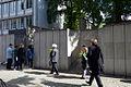 2013-09-15 Gedenktafel Neue Synagoge Hannover (14) Schülerinnen der Heisterbergschule, Holocausüberlebende Ruth Gröne und Henry Kormann, Kulturdezernentin Marlis Drevermann.JPG