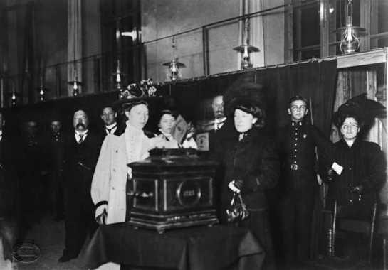57041 F%C3%B8rste kvinne legger stemmeseddelen i urnen ved valget i 1910