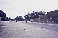 ASC Leiden - van Achterberg Collection - 14 - 02 - La large route goudronnée de Soro avec des piétons - Tamanrasset, Algérie - 1984.jpg