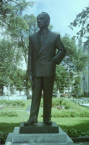 Adélard Godbout - Michel Binette's Adelard Godbout sculpture in front of  Parliament Building (Quebec)