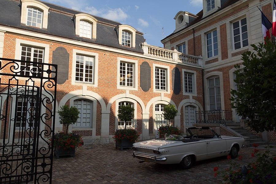 Aile est de l'hôtel de ville de Lisieux.