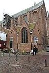 Laag gebouw, gelegen tegen de noordwestzijde der St.Joriskerk, met drie topgevels. Gerfkamer van de St.Joriskerk. Kruiskozijnen. Gedekt met leien