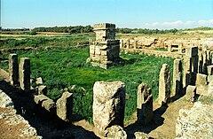 Amrit - ruiny świątyni (fot. Wikimedia Commons, autor: Jerzy Strzelecki, lic. CC-BY-SA-3.0)