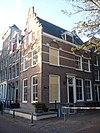 foto van Hoekhuis met trapgevel en zijgevel, versierd in de trant met de grote boogblokken