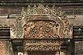 Angkor-Banteay Srei-28-Mandapa-Tuersturz-2007-gje.jpg