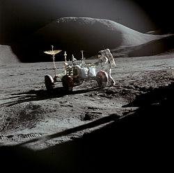James B. Irwin og månebilen fra Apollo 15 med Mons Hadley bag sig selv