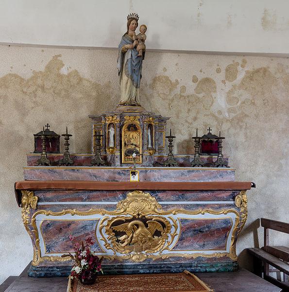 Français:  Autel dans la nef de la chapelle Notre-Dame-de-bon-secours de Gatteville-le-Phare (France).