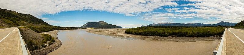 File:Autopista Alaska sobre el río Blanco, Beaver Creek, Yukón, Canadá, 2017-08-25, DD 25-30 PAN.jpg