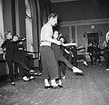 Balletdansers trainen en krijgen les in een oefenruimte, Bestanddeelnr 252-9206.jpg