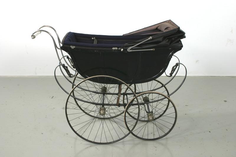 File:Barnvagn, höger sida - Livrustkammaren - 56714.tif